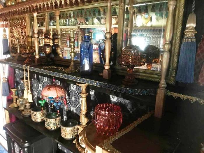Огромное количество вычурных предметов декора украшают «цыганский дом» на колесах.