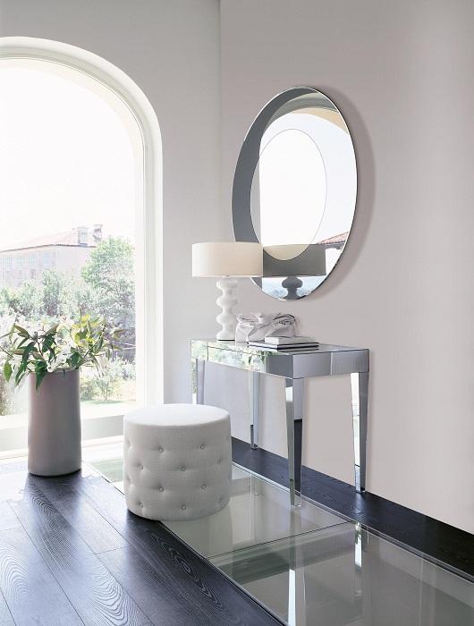 Приставной столик можно использовать в качестве туалетного стола. | Фото: architonic.com.