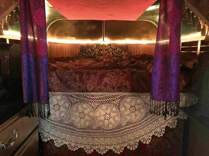 На втором уровне «цыганского дома» установили огромную кровать.