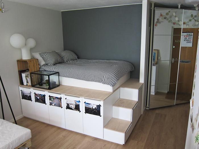 Если установить кровать на подиуме можно организовать массу систем хранения. | Фото: mayertrade.com.ua.