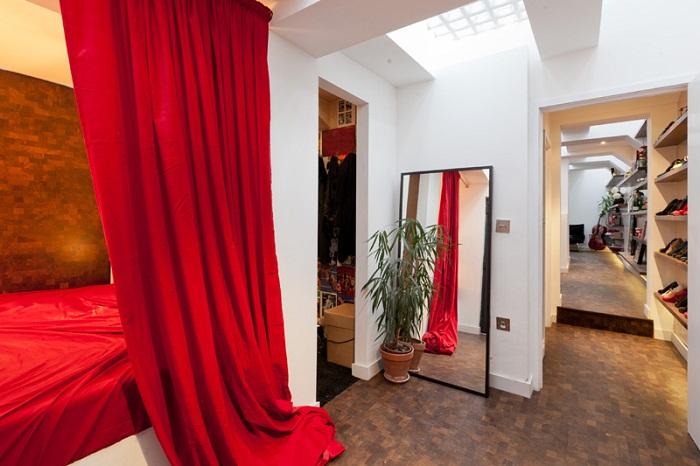 Уютная спальня, оформленная в контрастном стиле.