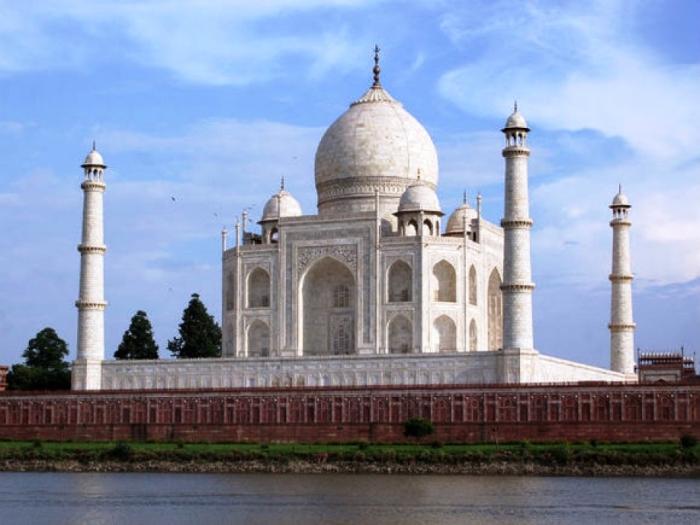 Архитектурный ансамбль возвели на высоком постаменте, чтобы избежать подтопления (мавзолей Тадж-Махал, Индия). | Фото: 24.kz.