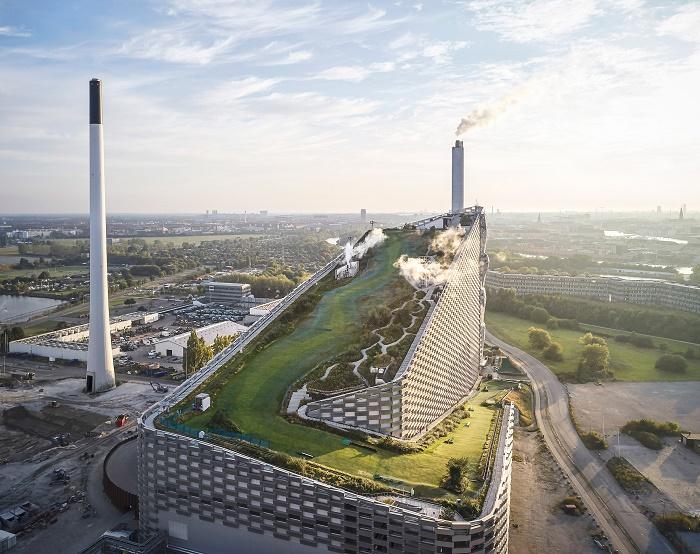 В Копенгагене мусоросжигающий завод превратили в электростанцию и центр активного отдыха горожан (Amager Bakke). © Hufton + Crow.