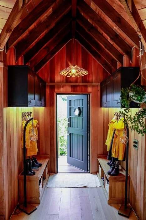 Прихожая оборудована вешалками, полками для обуви и навесными шкафами. | Фото: newatlas.com.
