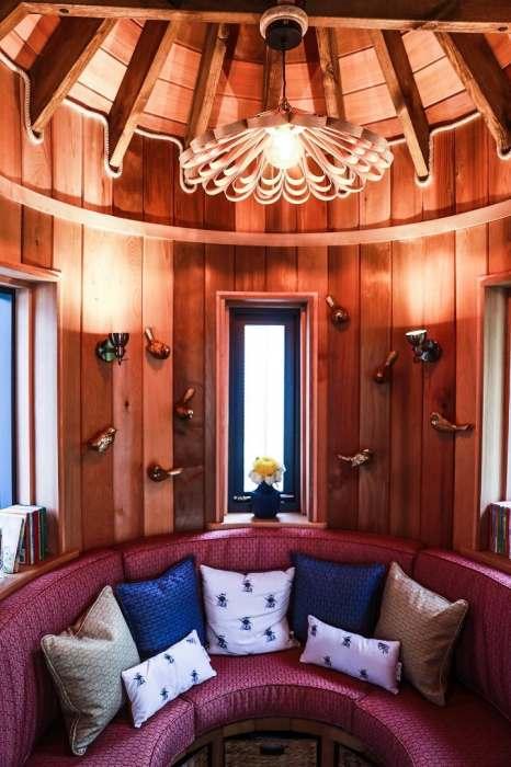 Мягкий диванчик украшает игровую зону. | Фото: newatlas.com.