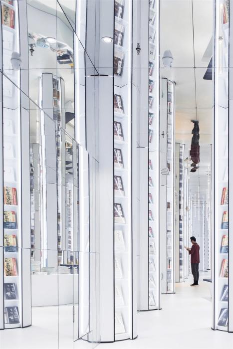 Вертикальные зеркальные полки создают иллюзию сказочного леса (Книжный магазин в Ханчжоу, Китай). | Фото: decorpro.blog.