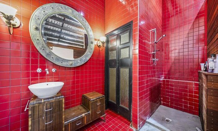 Ванная комната является самой яркой комнатой во всем доме.