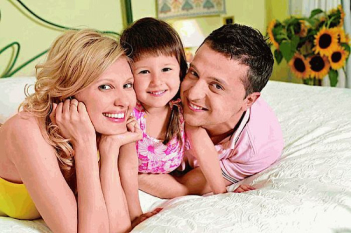Чета Зеленских в детской комнате своей дочери Александры. | Фото: glavpost.ua.