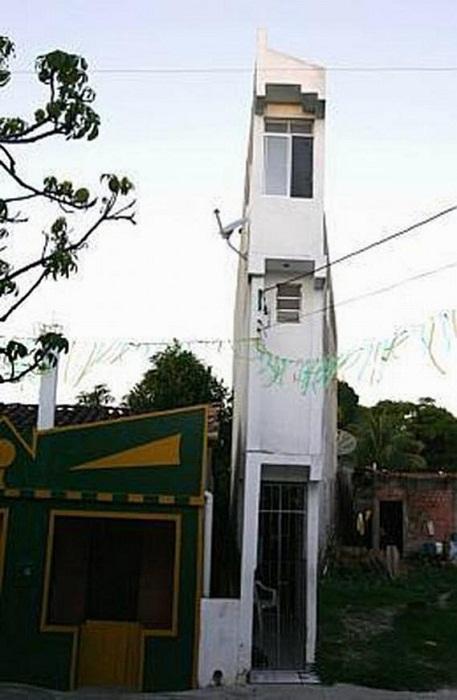 Нелепо узкий дом, построенный на зло всем в Бразилии.