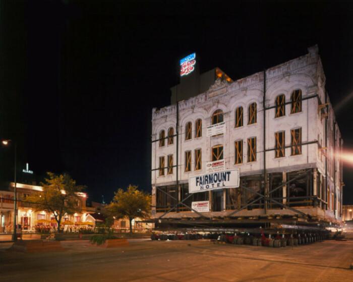 Отель Fairmount 1906 г постройки был перемещен на новое место в 1985 г. (Сан-Антонио США). | Фото: interestingengineering.com.