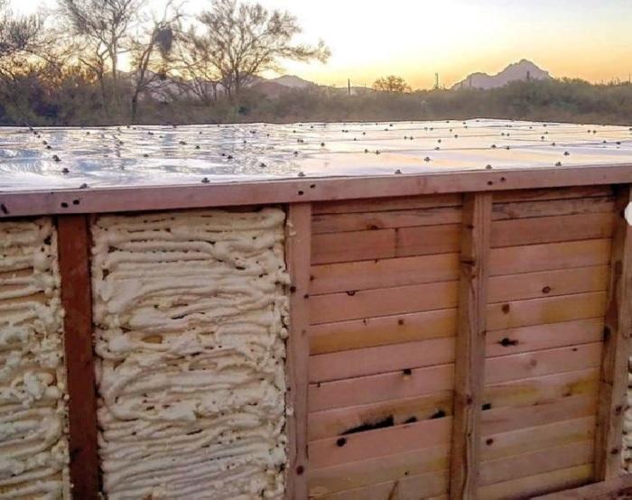 Чтобы защитить швы от атмосферных воздействий и утеплить полы, использовали монтажную пену. | Фото: © Black Rock Lookout.