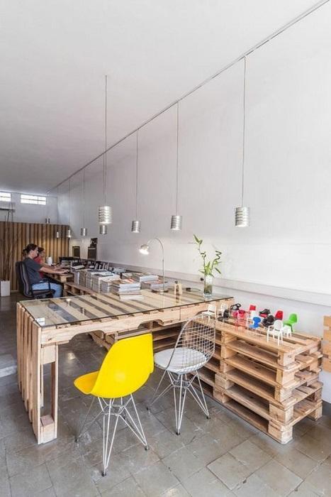 Столы из паллетов –прекрасно выглядят даже в офисах. | Фото: cpykami.ru.