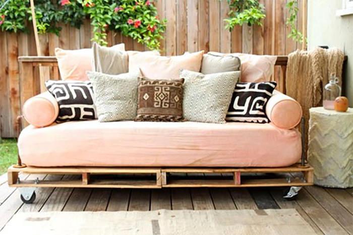 Необычный диван на колесах в стиле лофт.