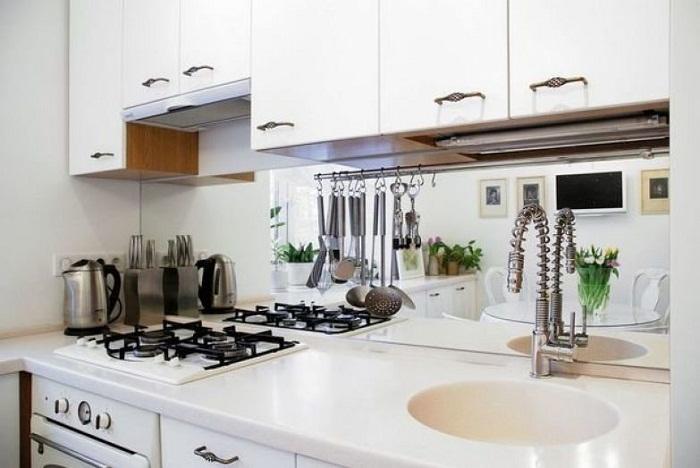 Зеркальный фартук на кухне поможет зрительно увеличить пространство.