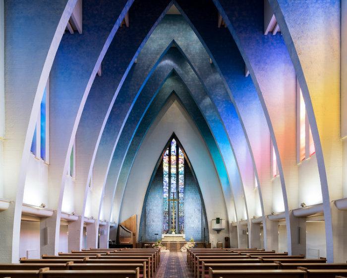 Необыкновенная подсветка сводчатых потолков украшает Церковь на площади Гогенцоллернплатц в Берлине, (Германия). | Фото: ©Thibaud Poirier.