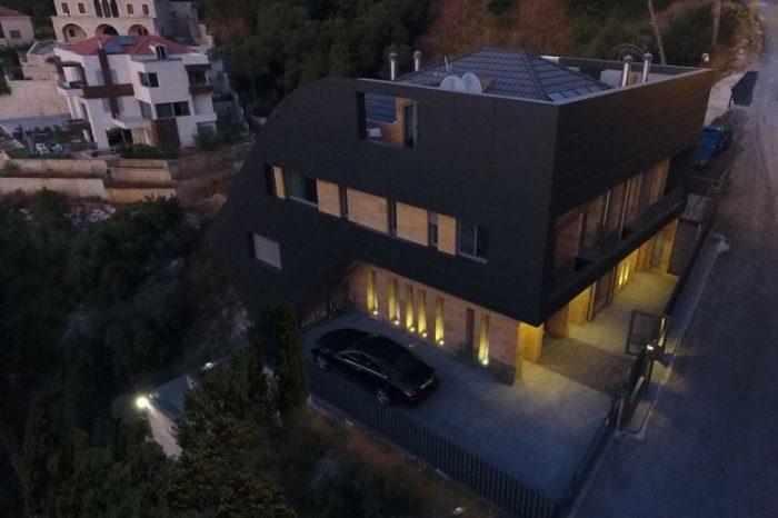 Мансардное пространство надежно защищено от любопытных глаз (CH730 Villa, Chnaniir). | Фото: e-architect.co.uk.