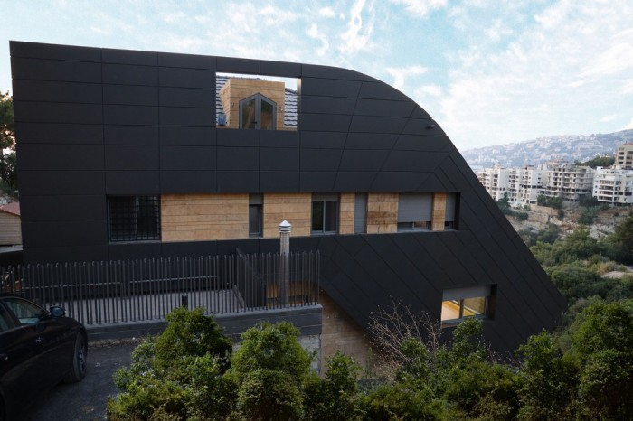 Если на виллу посмотреть со стороны, то кажется, что дом «сползает» по склону горы (CH730 Villa, Chnaniir).  Фото: e-architect.co.uk.
