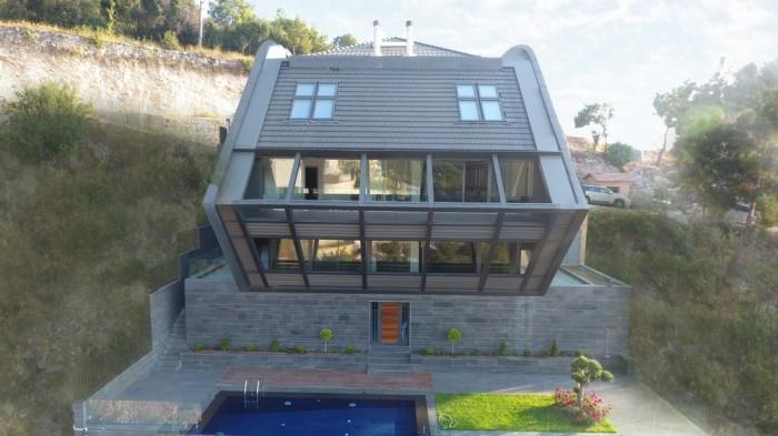 В цокольном этаже расположены зоны отдыха с выходом на террасу с бассейном (CH730 Villa, Chnaniir). | Фото: e-architect.co.uk.