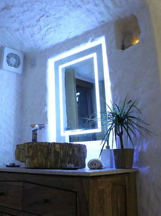 Пещерный дом умело освещен и имеет все необходимые вентиляционные и сантехнические коммуникации.