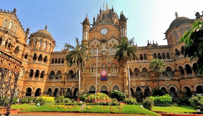 Самый величественный вокзал в Мумбаи (Индия).