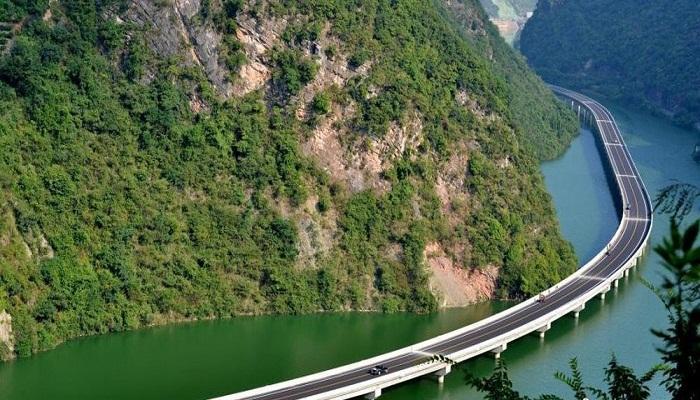 Автомагистраль посреди реки.