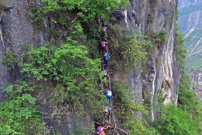 Единственная дорога в школу идет через скалы.