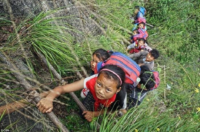 По таким отвесным скалам дети добираются в школу.