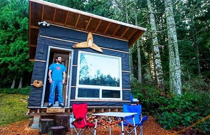 Скотт Брукс — владелец компактного жилища на строительство, которого потратил $500. | Фото: toptales.cc.