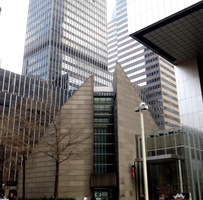 Чтобы поместить и церковь Святого Петра, и небоскреб, последний пришлось устанавливать на высокие опоры (Сiticorp Center, Манхэттен). | Фото: bigapplesecrets.com.