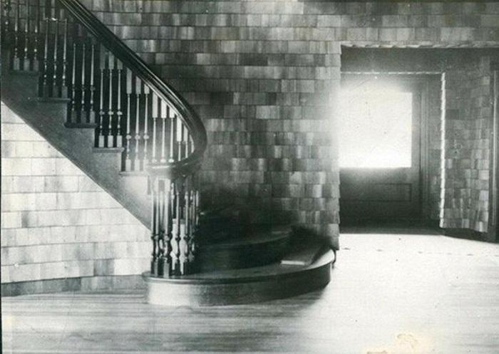 Так выглядела лестница на второй этаж более ста лет назад (Clingstone House, залив Наррагансетт). | Фото: bigpicture.ru.