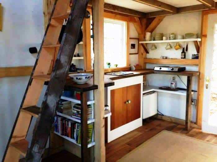 На маленьких площадях лучше использовать открытые полки и тумбы. | Фото: shamrocollections.com.