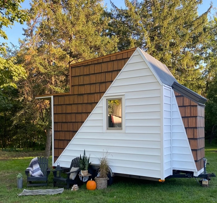 Оригинальный внешний вид домика подчеркивает креативность своего создателя Коди Макаревица (The Mountain tiny house, Пенсильвания). | Фото: tinyhousetalk.com.