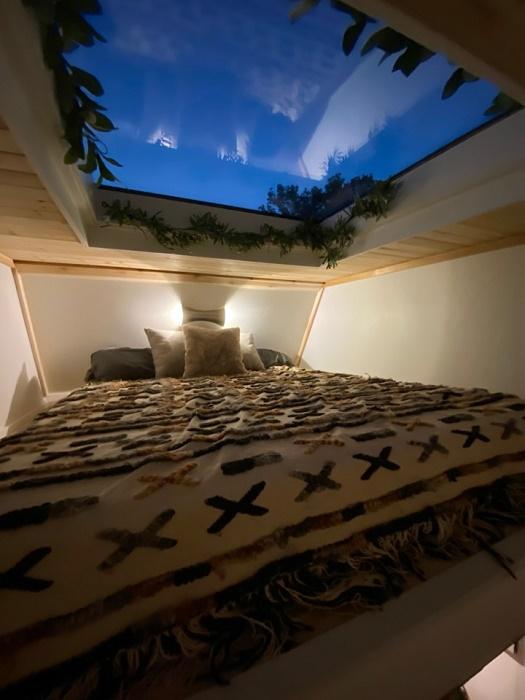Кто не мечтал о такой спальне? (The Mountain tiny house, Пенсильвания). | Фото: tinyhousetalk.com.