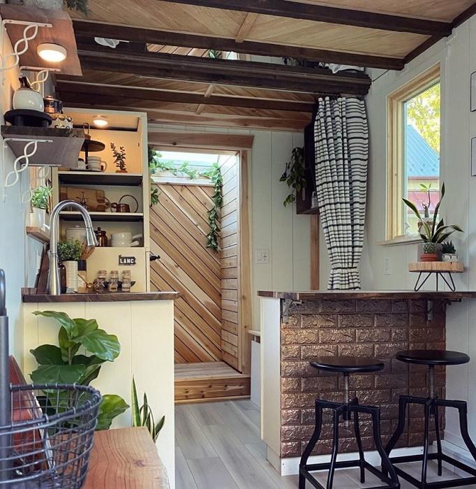 При отделке внутреннего и внешнего пространства использовались лишь натуральные материалы и утеплители (The Mountain tiny house, Пенсильвания). | Фото: newatlas.com.