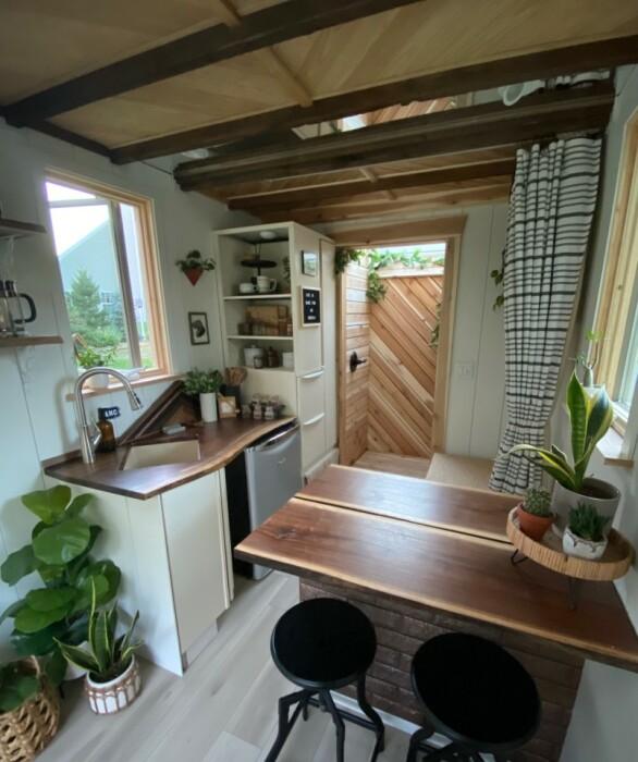 Обеденная зона в домике площадью 14 кв. м (The Mountain tiny house, Пенсильвания). | Фото: tinyhousetalk.com.