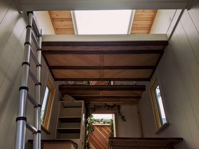 В спальню можно попасть по приставной лестнице, закрепленной на стене (The Mountain tiny house, Пенсильвания). | Фото: newatlas.com.