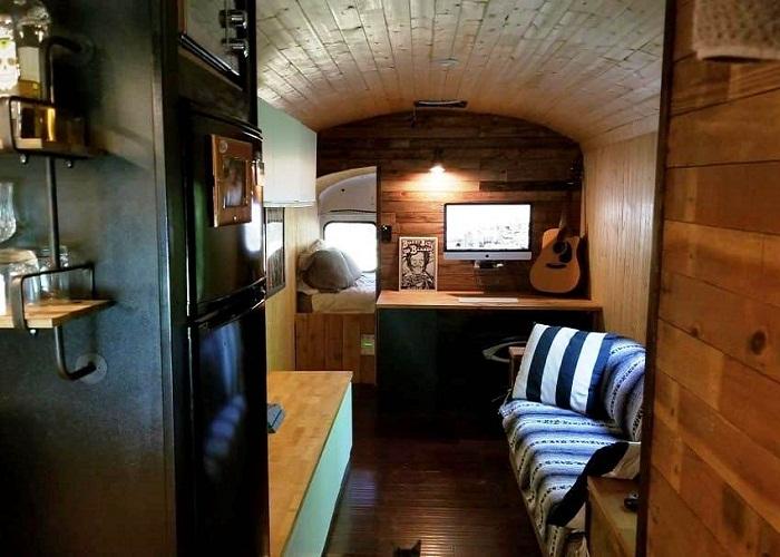 Гостиная в крошечном домике на колесах.