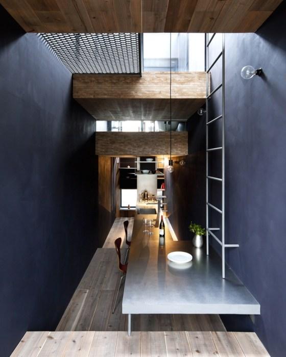 Столовая зона в интерьере «Ultra-Narrow House» (Токио).| Фото:  plainmagazine.com.