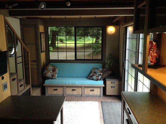 Уютная гостиная в крошечном доме Криса Хэйнинга. | Фото: awesomeinventions.com/ © Chris Heininge.