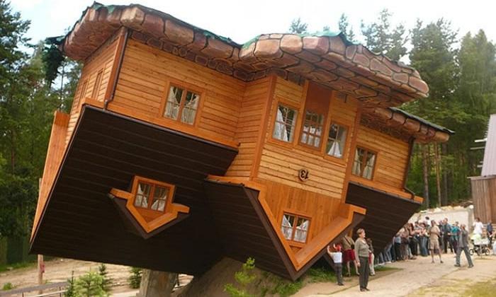 Дом-перевертыш в деревне Шимбарк (Польша).
