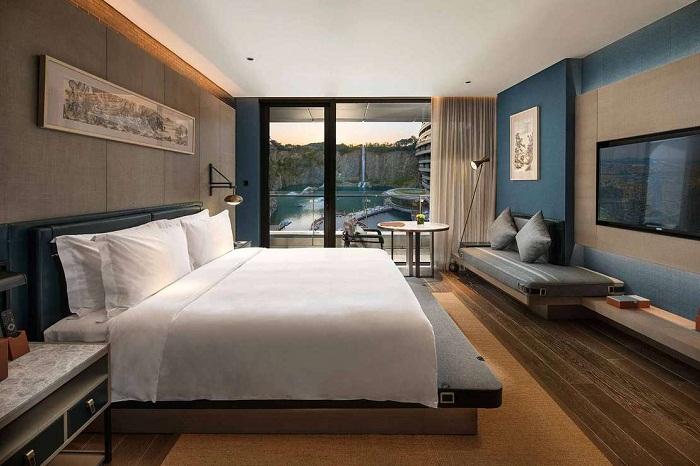 Спальня гостиничного номера в подземном отеле Songjiang InterContinental.