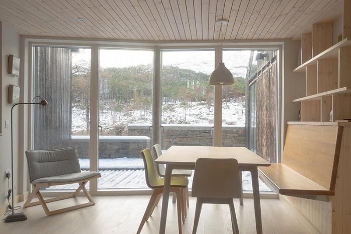 Благодаря большим окнам и нейтральной цветовой гамме интерьера, дом получился светлым и уютным (Lochside House, Великобритания). | Фото: bustler.net.