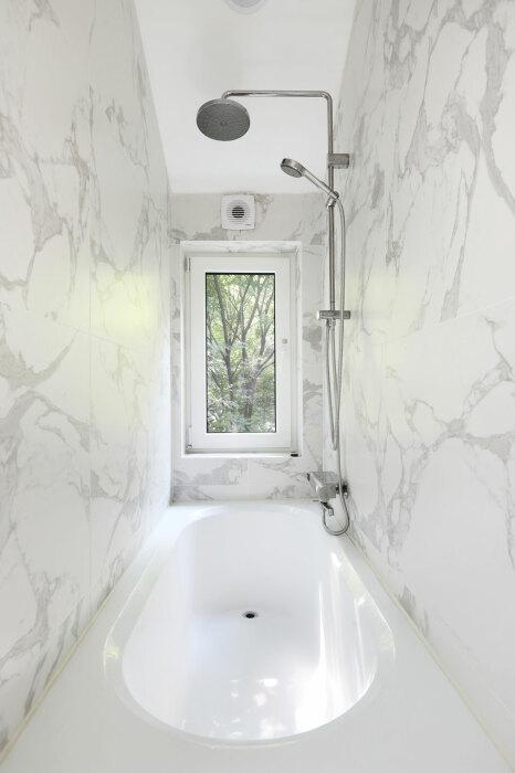 Ванна, расположенная у окна – особенная гордость хозяйки дома (Seroro House, Сеул). | Фото: a-platform.co.kr.
