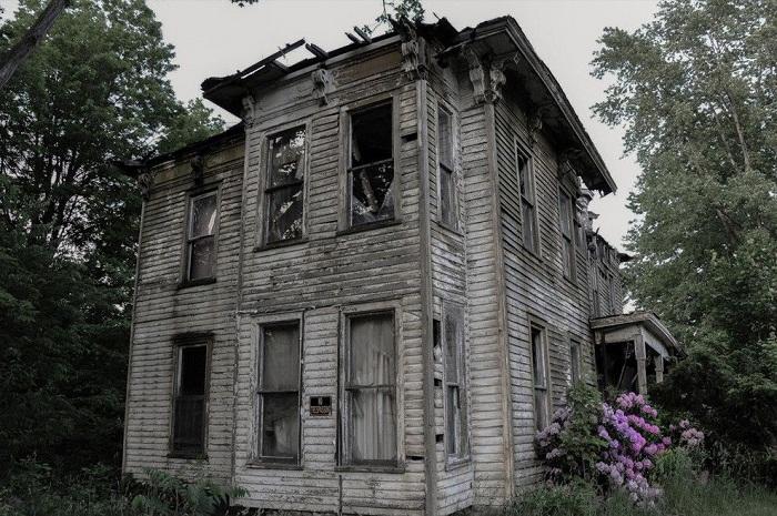 Заброшенный дом в окрестностях Буффало, который требует восстановления (США).