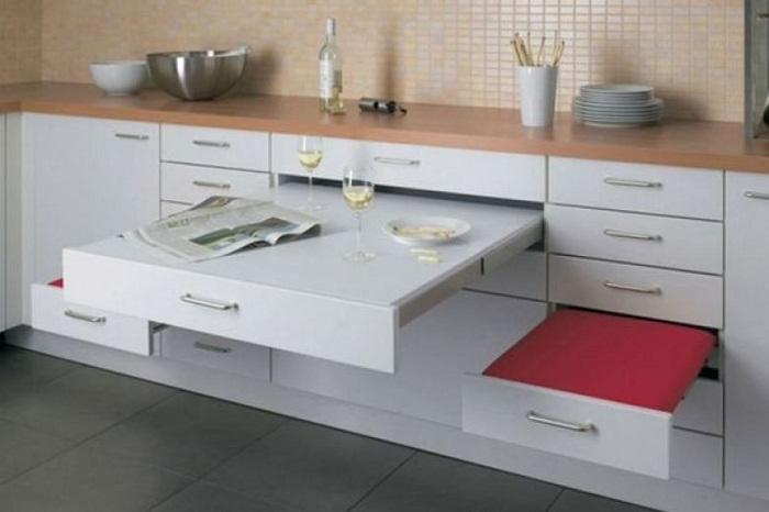 В маленьком помещении рациональней всего установить мебель-трансформер.