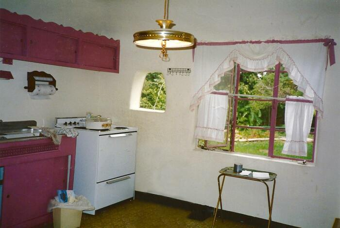 Интерьер кухни старинного дома, построенного из бутылок и камня (2000 г.). | Фото: imgur.com.
