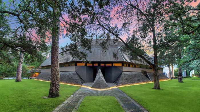 Странный «Дом Дарта Вейдера» стал самой впечатляющей достопримечательностью элитного района Хьюстона (Техас, США).   Фото: mymodernmet.com.