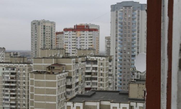Местные жители с интересом наблюдают за дачной жизнью троещинского Карлсона (Киев).   Фото: news.bigmir.net.