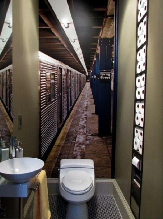 Эти необыкновенные обои помогут зрительно увеличить площадь туалета.