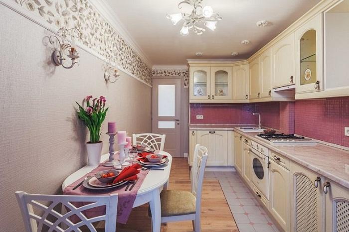 Благодаря Г-образной кухонной стенки удалось разместить необходимое оборудование и стиральную машину.